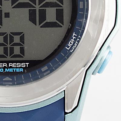 Reloj Yess Watches digital para hombre con pulso de silicona azul detalle