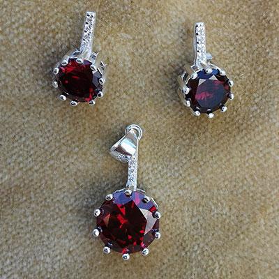 Conjunto de plata y circones rojos