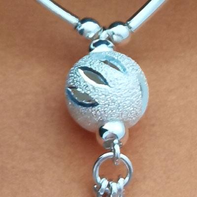 Conjunto collar, pulseras y aros detalle