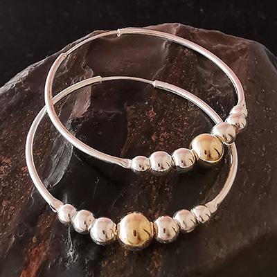 Aros en plata de esferas con enchape dorado