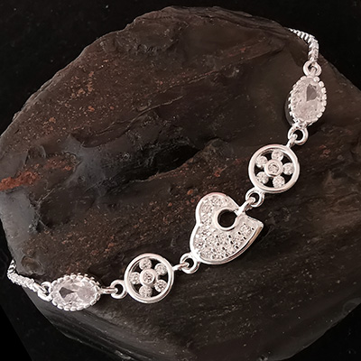 Pulsera de plata con figura de corazón